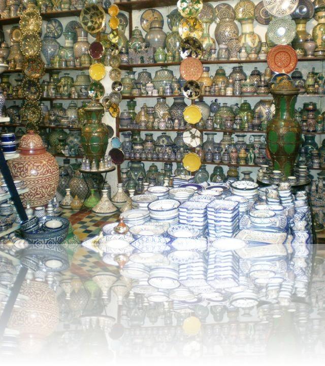 Gli oggetti di ceramica hanno diversi funzioni, sono di diverse dimensioni e ognuno è caratterizzato da disegni differenti