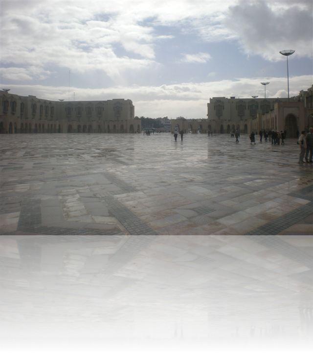 La piazza di fronte alla moschea Hassan II di Casablanca