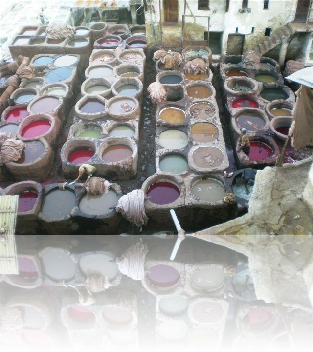 Le pelli vengono tinte con pigmenti naturali di diverso colore