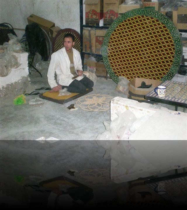 Operaio di una fabbrica di ceramiche a Fes